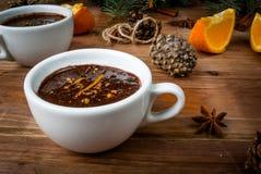 与香料,橙色和橙风味的热巧克力 库存图片
