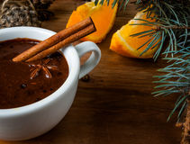与香料,橙色和橙风味的热巧克力 图库摄影