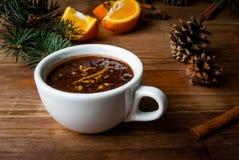 与香料,橙色和橙风味的热巧克力 免版税图库摄影