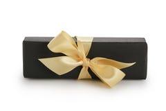 与香槟丝带弓的黑纸长方形giftbox 免版税库存照片
