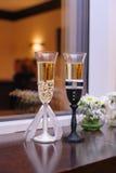与香槟婚礼的两块玻璃称呼新娘和新郎 库存照片