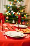 与香槟玻璃的装饰的圣诞节表 免版税库存照片