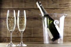 与香槟瓶和冰桶II的两块香槟玻璃 库存图片