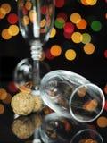 与香槟玻璃和黄柏的新年快乐伊芙党 库存图片