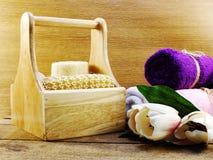 与香波的洗涤的温泉用肥皂擦洗并且淋浴奶油色卫生间产品 免版税库存照片