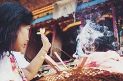 与香火棍子烧的印度仪式 免版税库存图片