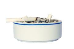 与香烟的陶瓷烟灰缸 图库摄影
