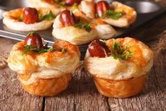 与香肠、乳酪和葱特写镜头的新近地被烘烤的松饼 Ho 库存图片