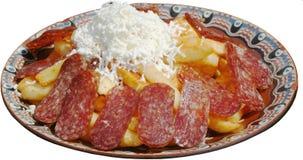 与香肠内圆角和被烘烤的土豆,乳酪的开胃菜 免版税库存图片