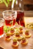 与香肠加调料的口利左香肠和绿橄榄的塔帕纤维布快餐 免版税库存图片