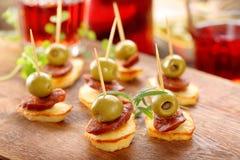 与香肠加调料的口利左香肠和绿色oliv的被烘烤的土豆西班牙快餐 免版税图库摄影