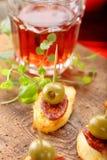 与香肠加调料的口利左香肠和绿色oliv的被烘烤的土豆西班牙快餐 库存图片