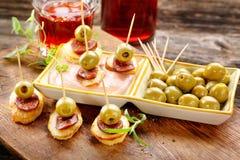 与香肠加调料的口利左香肠和绿色oliv的被烘烤的土豆西班牙快餐 库存照片