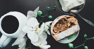 与香草冰淇淋和咖啡的苹果果馅奶酪卷 免版税库存图片
