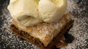 与香草冰淇淋的典型的黎巴嫩蛋糕果仁蜜酥饼 库存图片