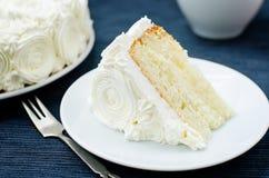 与香草奶油的蛋糕以玫瑰的形式 免版税库存照片