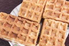 与香草奶油装填的甜维也纳薄酥饼在黑褐色背景的一个茶碟说谎 免版税库存照片