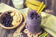 与香蕉和燕麦剥落的蓝莓圆滑的人 免版税图库摄影