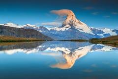 与马塔角峰顶和Stellisee湖,瓦雷兹,瑞士的不可思议的日出 免版税库存照片