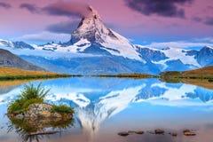 与马塔角峰顶和Stellisee湖,瓦雷兹,瑞士的惊人的日出 免版税库存照片