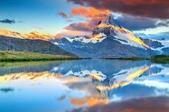 与马塔角峰顶和Stellisee湖,瓦雷兹,瑞士的惊人的日出 图库摄影