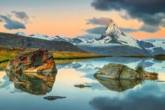 与马塔角峰顶和Stellisee湖,瓦雷兹,瑞士的美妙的日出 库存照片
