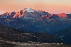 与马尔莫拉达山著名白云岩山峰的庄严风景在背景在白云岩,意大利欧洲中 惊人的自然 图库摄影