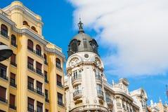 与马德里鞋带前面的历史建筑  图库摄影