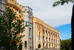 与马德里鞋带前面的历史建筑  免版税图库摄影