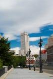 与马德里鞋带前面的历史建筑  免版税库存照片