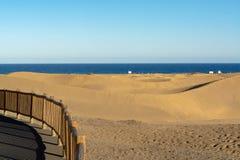 与马斯帕洛马斯和蓝色大西洋,大加那利岛,西班牙黄色含沙沙丘的风景  库存图片
