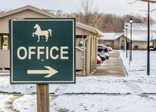 与马的办公室箭头在冬天 免版税库存照片