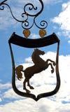 与马的老旅馆标志 免版税库存图片