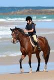与马的耐力车手在海滩 免版税库存图片