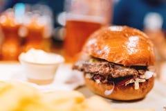 与马约角和圆白菜的烤牛肉和猪肉汉堡在餐馆、客栈或者小餐馆服务板材的用炸薯条 现代二 免版税库存照片