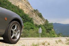与马自达MX5前面的Anticline地质特点在前景的 免版税库存图片