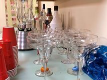 与马蒂尼鸡尾酒玻璃、杯子、搅拌器和铅矿石的一个酒吧工作台面 免版税库存照片