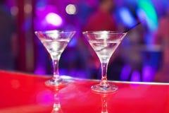 与马蒂尼鸡尾酒的两块玻璃在酒吧柜台 免版税图库摄影
