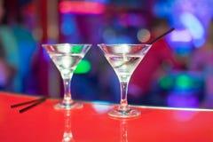 与马蒂尼鸡尾酒的两块玻璃在酒吧柜台 图库摄影