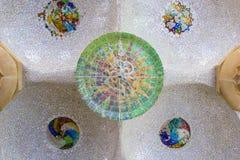 与马赛克太阳瓦的天花板在Guell公园,巴塞罗那,西班牙 库存图片