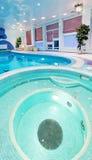 与马赛克的圆的游泳池设计 库存图片
