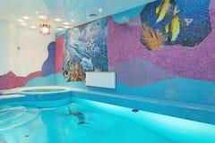 与马赛克鱼的游泳池设计在墙壁上 库存照片