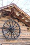 与马车车轮的土气客舱 库存图片