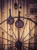 与马车车轮的老西部客舱 库存图片