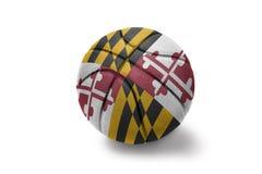 与马里兰状态旗子的篮球球在白色背景的 免版税库存图片