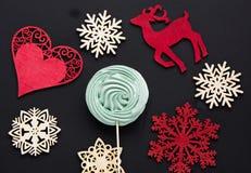 与马鹿,在黑背景的白色雪花的圣诞节糖果 抽象空白背景圣诞节黑暗的装饰设计模式红色的星形 顶视图 免版税库存图片
