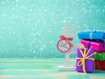 与驯鹿和礼物盒的圣诞节背景 免版税库存图片