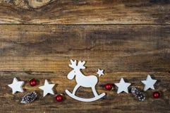 与驯鹿和装饰的圣诞节背景 免版税库存图片
