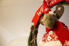与驯鹿的圣诞节装饰与红色围巾 图库摄影
