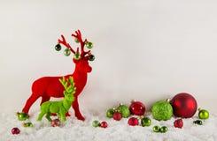与驯鹿的红色和绿色圣诞节a的装饰和雪 免版税库存图片